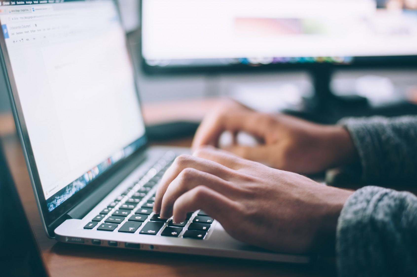 Kuvituskuva, ihminen käytttää tietokonetta