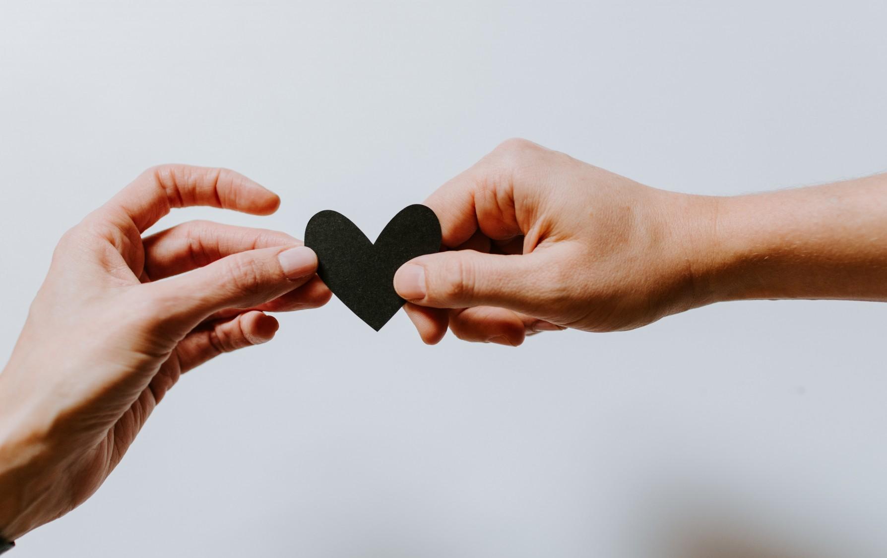 Kaksi kättä ja musta sydän