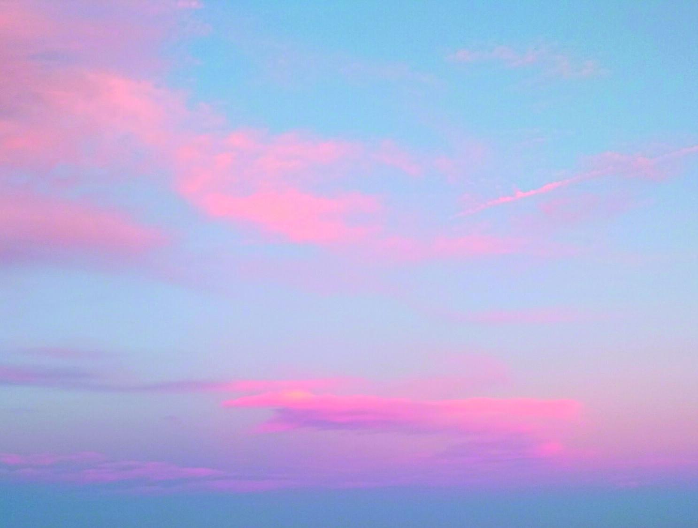 Vaaleanpunaisia pilviä taivaalla